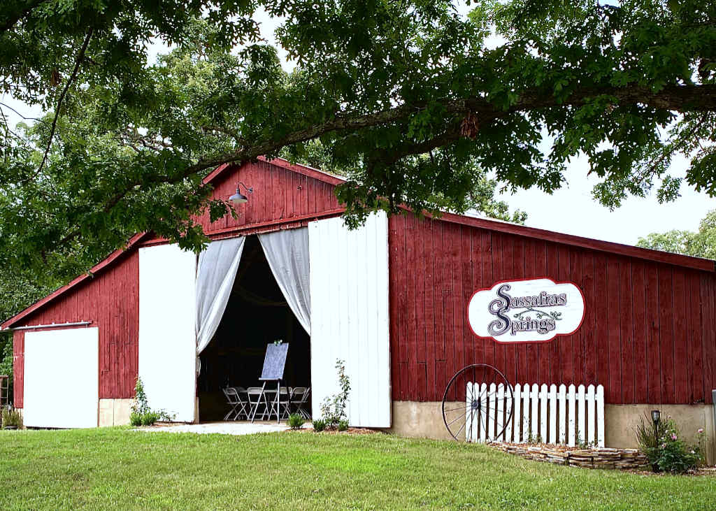 Sassafras Springs barn wedding venue in Missouri